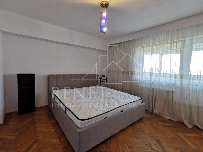 Apartament cu 3 camere, Central, bloc Casa Cartii